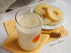 Questo smoothie ananas e banana si ottiene frullandotanti ingredienti nutrienti e salutari. Ottimo a colazione, a merenda, ma anche a pranzo.