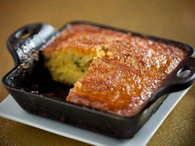 Receta de Torta de Elote con Rajas de Chile Poblano | La torta de elote, o pastel de elote es común servida con rajas y crema. También en algunos lugares se acostumbra como postre o como pan.