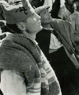 Cordoba. Cerro Muriano. Finca Villa Alicia. 5 de Septiembre 1936. Hecha por Robert Capa y Gerda Taro...o Endre Friedmann y Guerta Pohorylle sus verdaderos nombres. El miliciamo anarquista lleva en su gorra la hoz y el martillo; no significa su pertenencia sl Partido Comunista sino que es un símbolo que era utilizado también con frecuencia en las gorras anarquistas de la CNT y de la FAI junto con lss letras U.H.P. (Unión de Hermanos Proletarios.) (Erroneamente ubicada en Madrid en un…