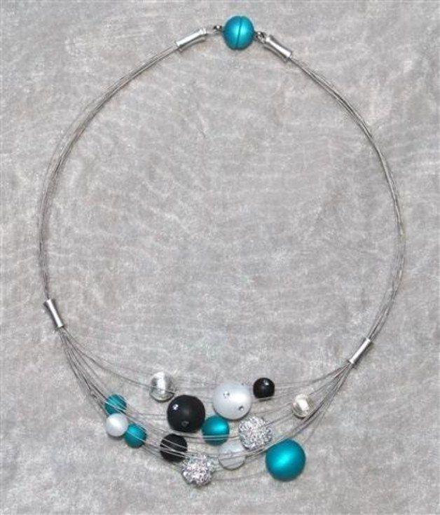 **Diese wunderschöne Kette besteht aus 12 Strängen und ist ein absoluter Eye-Catcher an Deinem Hals.**  Hier werden verschiedene Polaris- und Polaris Swarovski Perlen in türkis und weiß (bei...