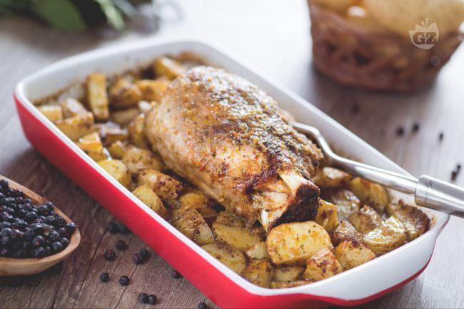 Lo stinco di maiale al forno con patate è un corposo secondo piatto che da un tocco di rustico alla tavola di festa, anche nel periodo natalizio!
