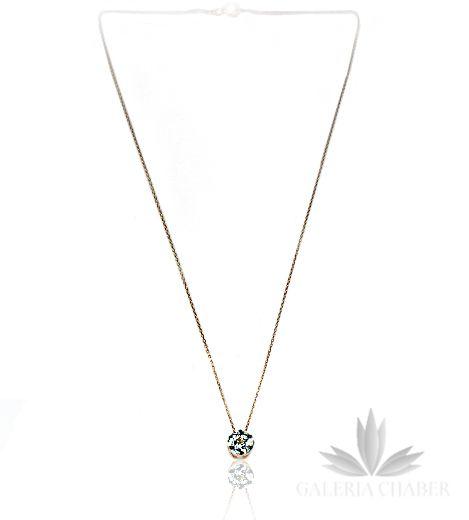 Subtelny naszyjnik ze srebra próby 925, koloru miedzianego złota. Ozdobę stanowi cyrkonia koloru białego, drobno fasetowana o szlifie brylantowym - dzięki temu błysk kamienia jest wyraźny i jasny. Oprawa lekko oksydowana (ciemne