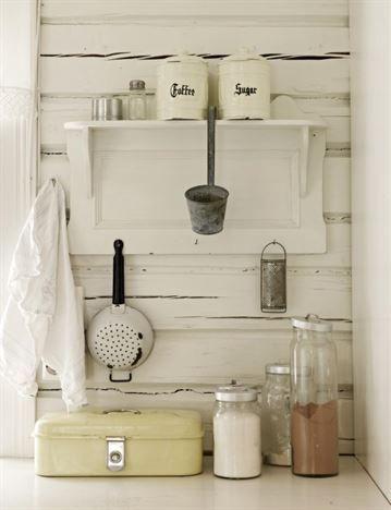 Detaljer. I köket finns både gamla och nya föremål. Den gamla matlådan är från Tones man. Han samlar på gamla lådor, nycklar och dörrhandtag.