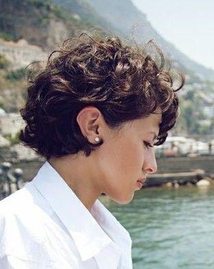 kurze Frisuren - Modelle für welliges und lockiges Haar - Leben nach 50,  #Frisuren #für #Haa...