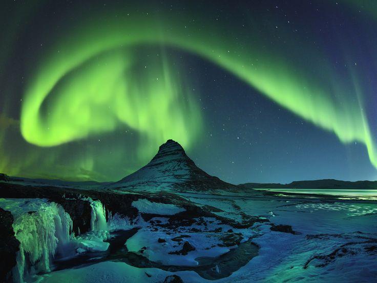 Appelé aurore boréale dans l'hémisphère nord et aurore australe dans l'hémisphère sud, ce phénomène lumineux qui se produit de nuit dans les régions polaires est lié... à l'activité du Soleil.Comment-le-soleil-illumine-les-nuits.....................
