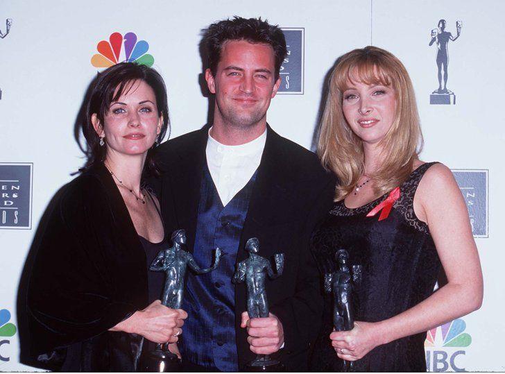 Pin for Later: Ces Photos du Cast de Friends Sur le Tapis Rouge Vont Vous Rappeler à Quel Point la Série Vous Manque  Courteney Cox, Lisa Kudrow, et Matthew Perry posant avec leurs SAG Awards en 1996.