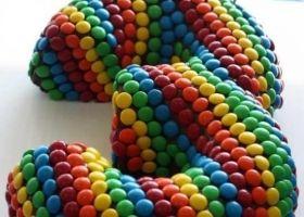 Cuando pensamos en hacer las tortas de cumpleaños, siempre recurrimos a las clásicas rectangulares o redondas. Algunas más arriesgadas se animan a una cuadrada y hasta de dos pisos. Pero alguna vez podemos cambiar e innovar. Las invito a ver...
