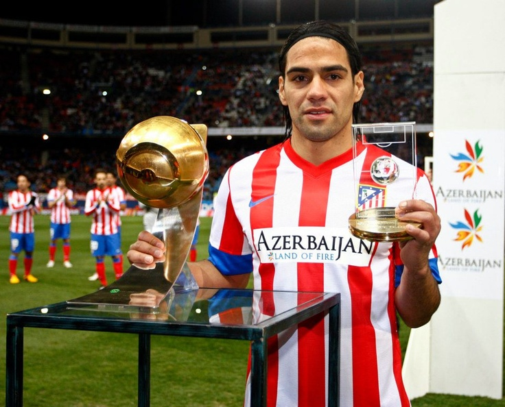 El 'Tigre' presentó en el Vicente Calderón los trofeos que le entregaron Globe Soccer y la FIFA #Falcao #AtleticoMadrid #atleti