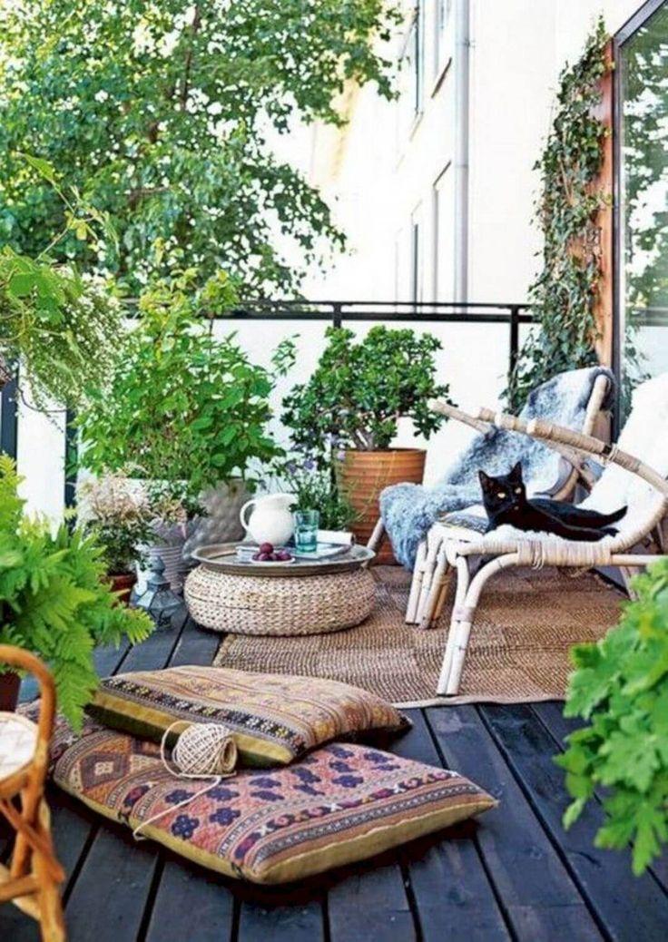 16 Varandas pequenas e aconchegantes para relaxar. Sacada com piso de madeira escura, tapete de sisal, mesa de centro revestida com corda, almofadas, jardim vertical, cadeiras de bambu com pelego.