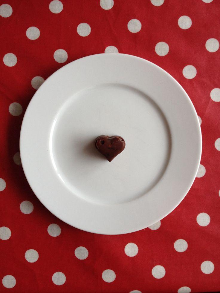 Zelfgemaakte bonbons  Voor ca 10 stuks: 2 eetlepels cocos olie 1 eetlepel cacao poeder 1 theelepel honing  Voeg voor de variatie bijvoorbeeld fijngehakte noten, blauwe bessen of cranberry's toe.