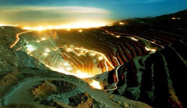 "Chuquicamata copper pit, Chile – The biggest open pit copper mine in the world, by excavated volume, and second deepest open-pit mine, descending 2,790 ft. Has a ""mirador"" for tourists. First mined in pre-Aztec times. Su tarea industrial data de 1882, aunque fue en 1911 cuando se refina la construcción del mineral producto de inversiones norteamericanas, alcanzando actualmente 630,000 toneladas de cobre fino al año."