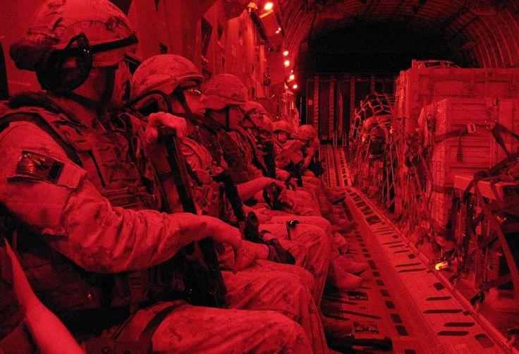 Aérodrome de Kandahar, Afghanistan. 19 septembre 2010- Des militaires canadiens se trouvent à bord d'un C177 Globemaster, avion de transport canadien, qui s'approche de l'aérodrome de Kandahar. (Photo : Caporal Shilo Adamson, Caméra de combat des Forces canadiennes)