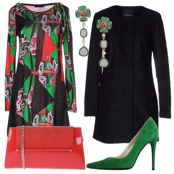 Outfit coloratissimo per non passare inosservate: vestito manica lunga, scollo tondo fantasia, décolleté verdi con tacco alto, borsetta rossa lucida, cappotto nero minimal, orecchini con quadrifoglio e coccinelle.