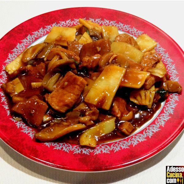 Ricetta Filetto di maiale ai funghi cinesi e bambù. In Carni bianche. Ingredienti per 2 persone: 150 g di filetto di maiale. Una manciata di funghi secchi cinesi. 150 g di germogli di bambù. 2 cucchia