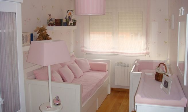 Habitacion bebe con papel blanco y rosa leo y mica - Como decorar cuarto de bebe ...