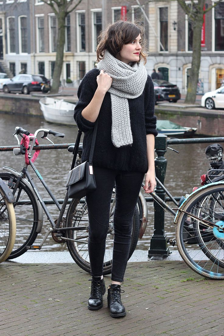 cute casual winter scarf + black look #frenchstyle