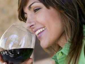 Beber una #copa de #vino #tinto tiene muchos #beneficios, ayuda al #envejecimiento. Conoce más detalles