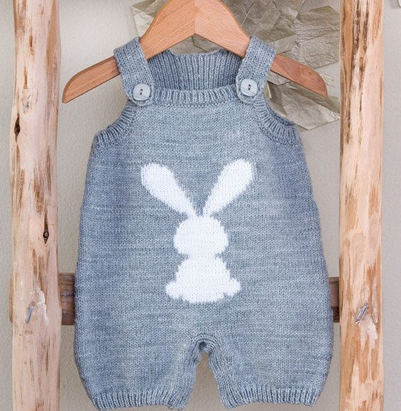 On craque pour cette combinaison jacquard à bretelles tricotée en ' fil PARTNER BABY ' coloris galet et blanc. L'intemporalité de ce modèle est indéniable et on adore le joli motif lapin pour bébé. Modèle n°02 du catalogue N°115 : Layette - Automne/Hiver 2014