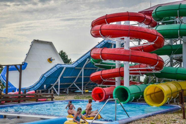 Az Aquaparkban a kicsiket mini- és gyermekcsúszdák, a nagyobbakat meredekebb, gyorsabb csúszdák, a legmerészebbeket pedig a Kamikáze, a Feketelyuk és a Hagyma csúszda várja.