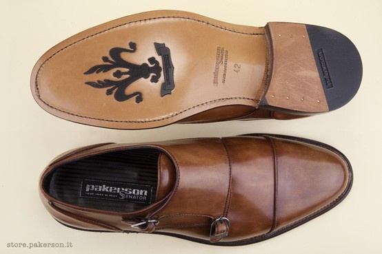 The elegant outsole with a non-slip insert in the Florentine fleur-de-lis pattern enhances the personality of this luxuriously comfortable shoe featuring Hand Made in Italy construction from start to finish. - L'elegante fondo con iniezione anti-scivolo a forma di giglio fiorentino dona personalità a una scarpa pregiata e confortevole, rigorosamente Hand Made in Italy. http://store.pakerson.it/man-buckle-shoes-33005-wood.html