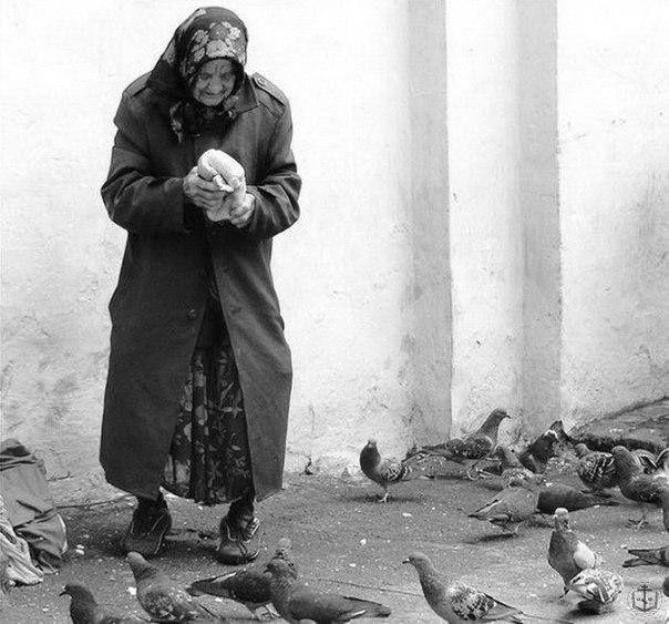 А добрые люди накормят бездомную кошку… Их души сияют, как люстры в вечерних окошках… А злые зачем-то пинают дворнягу ногами, Не зная, что могут остаться на улице сами…  А добрые люди помогут чужим, незнакомым… Под небом пушистым они, как под крышею дома… Им нравится снег и цветение ранних фиалок… И мир меркантильный в сравнении с ними так жалок…  А люди хорошие дарят улыбку прохожим И искренне верят, что зло быть сильнее не может. И воздухом зимним, как чудом земным, наслаждаясь, Они будут…