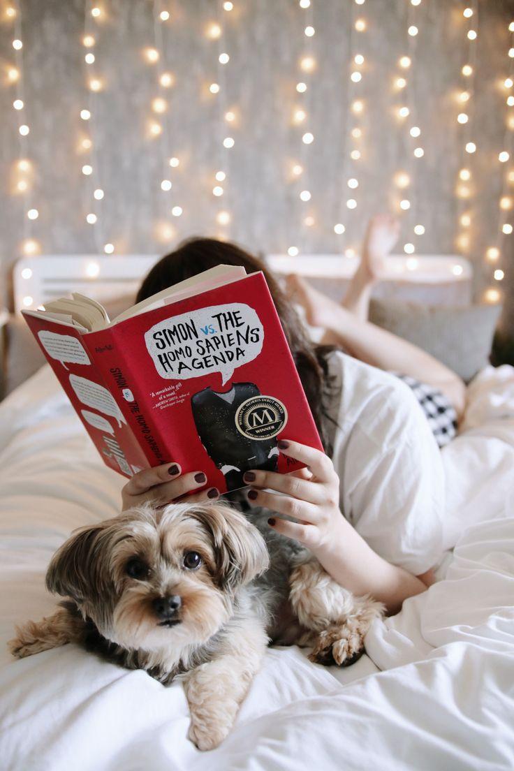 Resenha do livro Com amor, Simon (Love, Simon).  Foto iluminada com luzinhas na parede, deitada na cama lendo o livro Simon vs. the homo sapiens agenda.  #Book #Bedroom #MelinaSouza