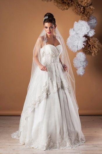 Suknia ślubna typu księżniczka. Piękne koronkowe wykończenia.