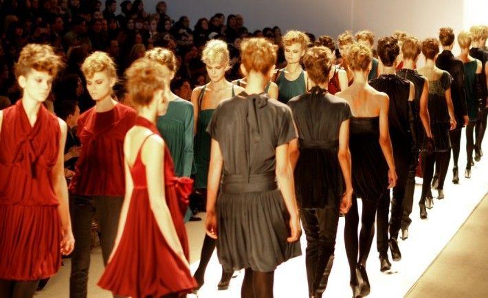 """Według raportu GFK (""""Polak ubrany 2014"""") na odzież, obuwie i bieliznę wydajemy rocznie średnio ponad 2200zł. Zakupy robimy najczęściej w galeriach handlowych, ale coraz popularniejszy jest Internet. Branża odzieżowa wydała w 2014 roku ponad 187 milinów złotych (netto, po rabacie), aby nas do tych zakupów zachęcić bardziej. To wzrost o ponad 1/5 w stosunku do 2013 roku – wynika z analizy największego niezależnego domu mediowego Codemedia."""