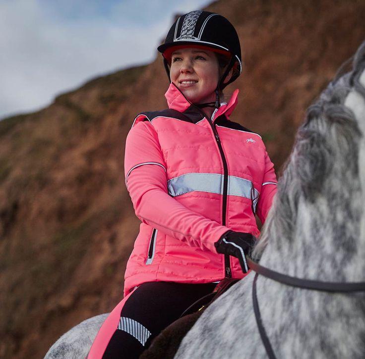 Mit dieser tollen #Reflektor- #Steppweste in Pink ist perfekt für nächtliche Ausflüge. #Sicherheit und #Stil sind dir sicher, genau so auch die Wärme durch die leichte Wattierung. #Harry #Hall #HarryHall #englishequestrian #reitweste www.englishequestrian.com
