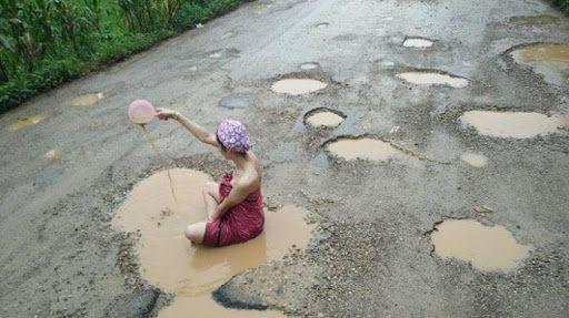 Infokami.Net - Ternyata tidak hanya di Indonesia yang terdapat jalan rusak berlubang. Jalan berlubang ternyata masih banyak ditemukan di negara tetangga yaitu Thailand. Kerusakan jalan ini sering membuat masyarakat kesal hingga protes. Kali ini, media sosial dihebohkan dengan foto seroang wanita mandi di tengah jalan berlubang.