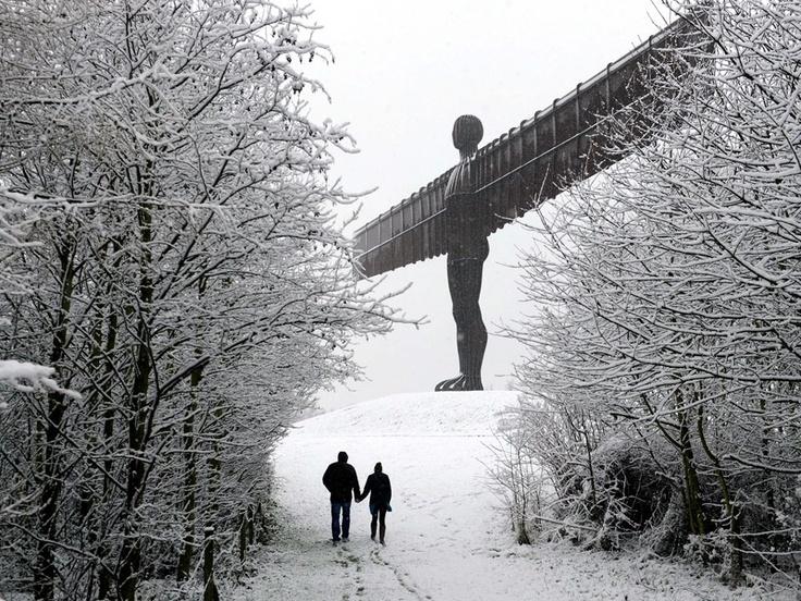 Spiegare le ali.  (Camminando sotto l'Angelo del Nord Angel of the North)  Ph: Owen Humphreys