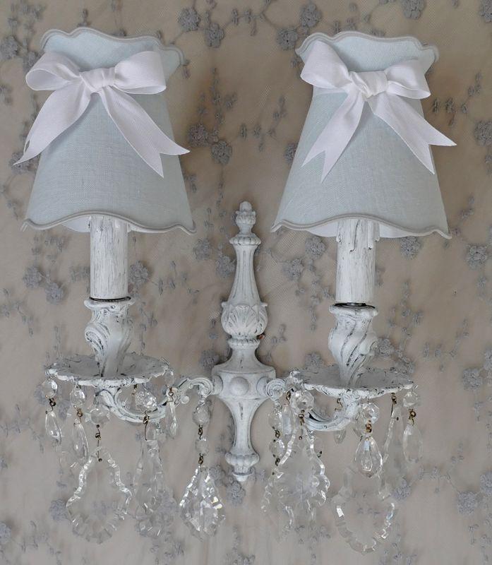 Applique en bronze peint en blanc et légèrement patiné en gris. De magnifiques pampilles en cristal ornent le bas . Abat-jour compris. Bracket lamp shabby; www.perledelumieres.com