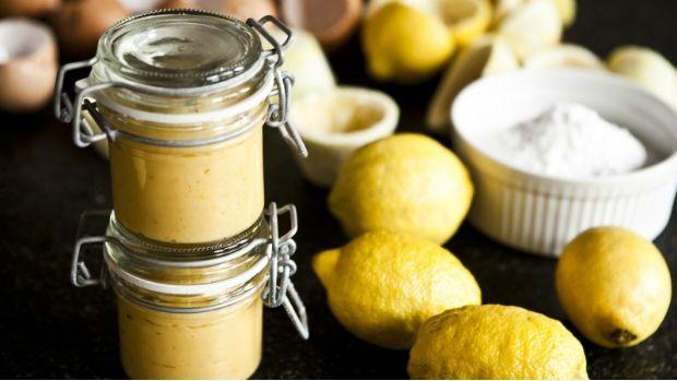 Malé skleničky plné zlatého citronového krému jsou skvělé jako dárek, ale…