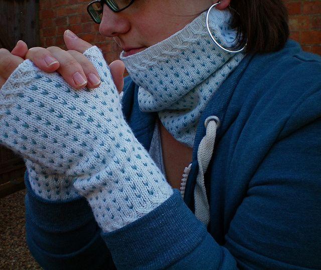 Flurries, a cowl and fingerless mitts set by Julie Zaichuk-Ryan. Knitting pattern available via Ravelry!