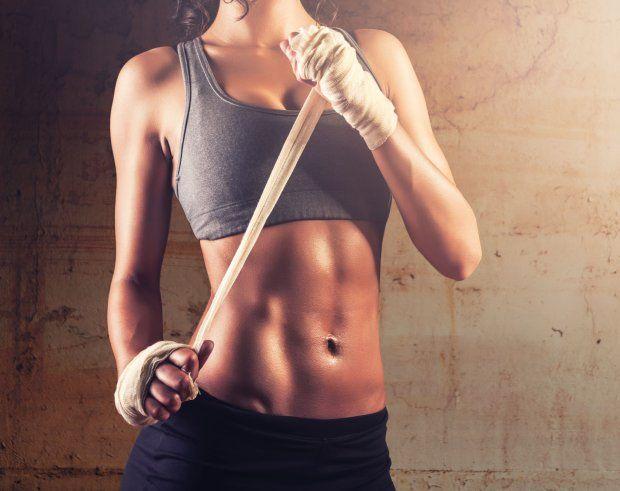 Niezależnie od tego, co Cię motywuje do biegania i jakie stawiasz sobie cele, swój trening biegowy powinieneś wzbogacić o ćwiczenia uzupełniające. Zaliczamy do nich m.in. ćwiczenia stabilizacji ogólnej. Ćwiczenia te są szczególnie istotne, bo wzmacniają mięśnie odpowiedzialne za utrzymanie prawidłowej sylwetki - nie tylko podczas biegu, ale również chodu czy stania. Tworzą one gorset stabilizujący tułów. Opisuję je i pokazuję, aby pomóc Ci wykonać je prawidłowo.
