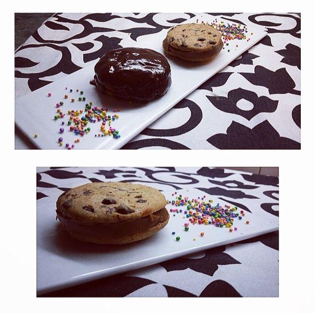 Alfajores de cookies y dulce de leche, con y sin cobertura de chocolate
