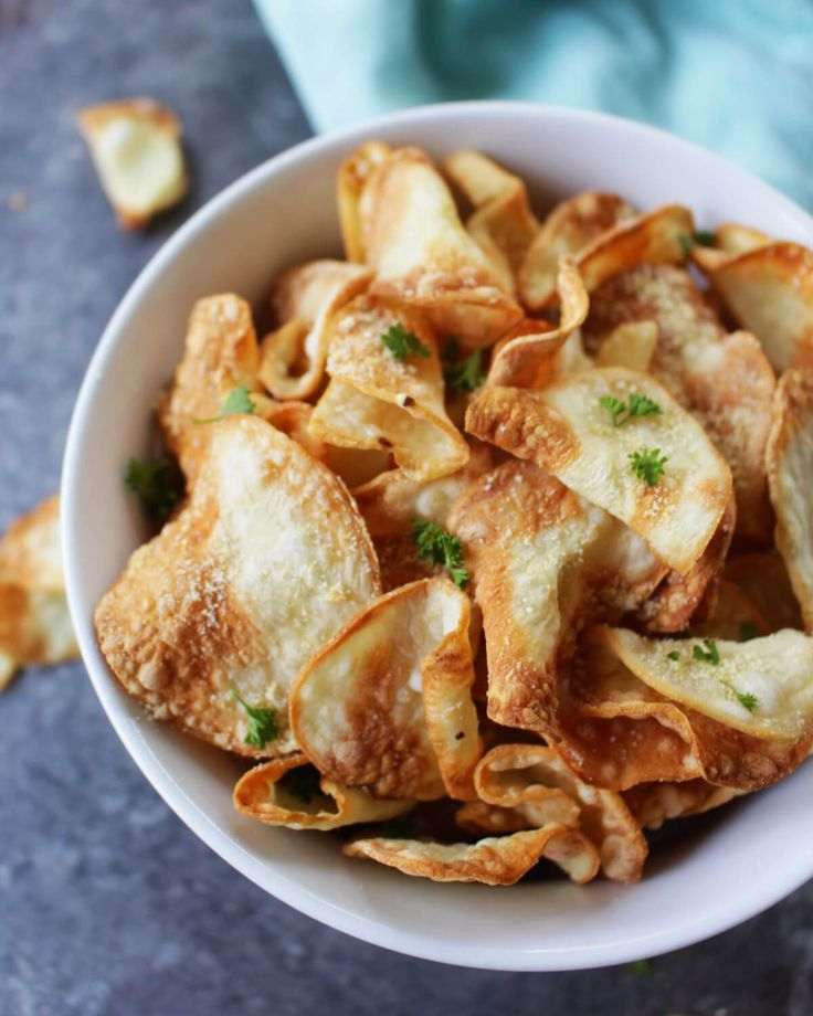 These oil-free air fryer chips are super crunchy and very simple to make! Perfectly flavored with fresh garlic and homemade vegan parmesan. Nom nom.