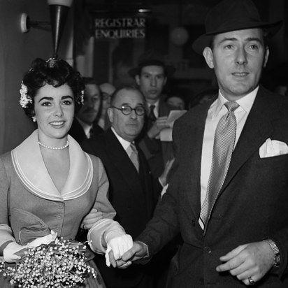 Elizabeth Taylor and MIchael Wilding, 1952   41 Insanely Cool Vintage Celebrity Wedding Photos