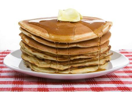 Cómo hacer Tortitas americanas. En un recipiente, echamos los huevos, la leche, la harina, la levadura y un poco de sal. Mezclamos con la batidora hasta conseguir una
