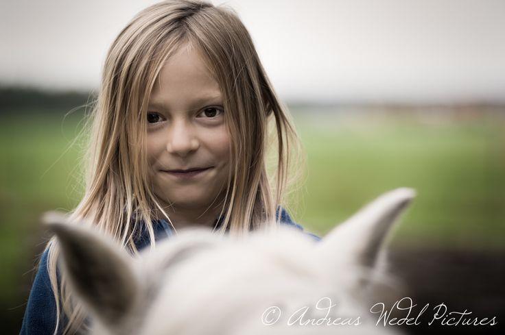 Wahre Pferdeliebe zeigt sich hinter den Kulissen. #Pony #Girl #Reiten #Model #Shooting #Fotografie #Pferdefotografie #Tierfotografie #Andreas #Wedel #Pictures #Spiegel #unserer #Seele #makingof #behindthescenes #Filmdirector #Directorofphotography #Andreas #Wedel #Pictures #Wahre #Pferdeliebe