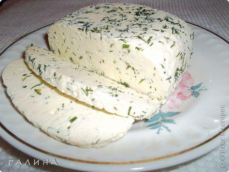 """Дорогие мои подружки,хочу поделиться с вами очень, очень простым рецептом домашнего сыра.Нежнейшей консистенции,ароматный,в меру острый(по желанию).То что нужно для легкого но сытного завтрака...ну или просто перекусить. Быстрый и """"без заморочек"""". Вкус типа сулугуни или нежной брынзы. Можно делать с укропом, кинзой, грецкими орехами, оливками, паприкой. Ингредиенты: - 1 литр молока - 1 ст.л. крупной соли - 200 мл сметаны - 3 яйца Приготовление: В молоко положить соль и все это закипятить...."""