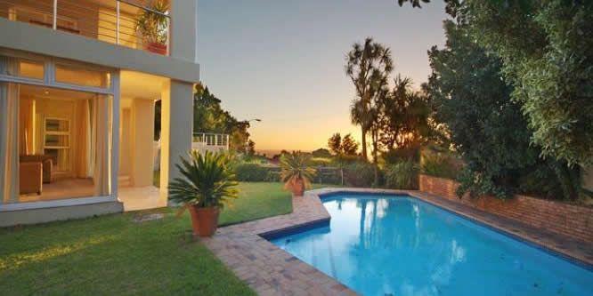 100 Geneva Drive -  Une villa de vacances de 7 chambres située à Camps Bay, avec jardin, piscine et vue sur l'Océan Atlantique.