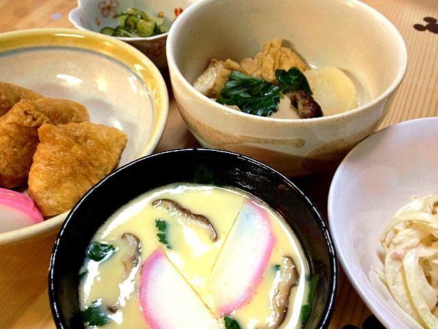 洋食気分から一変、和食気分に♫ 前より、いなり寿司にちゃんと味がついてた( ̄▽ ̄)v - 29件のもぐもぐ - いなり寿司&板わさ&茶碗蒸し&シーチキン•オニオンサラダ&酢の物&何か煮物 by pep