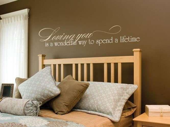 Colori caldi in casa - Parete caramello in camera da letto