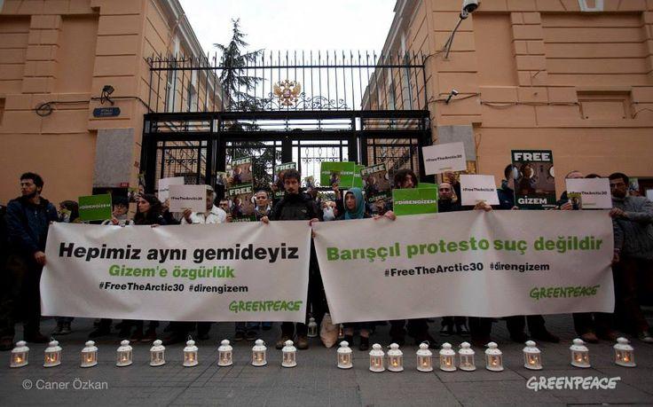 Bu cumartesi, dünyanın farklı noktalarında Gizem ve diğer arkadaşlarımızın serbest bırakılması için mumlar yakıldı, pankartlar açıldı, yürüyüşler yapıldı...  Rusya'da Gazprom'un petrol platformuna karşı barışçıl eylem yaptıkları sırada tutuklanan barışçıl eylemcilerimizin serbest bırakılması için harekete geçenlerin sayısı günbegün artıyor.   Sen de harekete geçen 1 milyon kişiye katıl>> http://greenpeace.org/freeouractivists/  #FreeTheArctic30 #direngizem — İstanbul