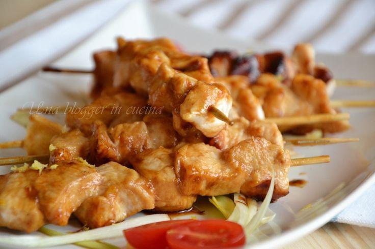 Spiedini di pollo caramellati, o yakitori, una ricetta orientale di origine giapponese, con bocconcini di pillo alla griglia caramellati.