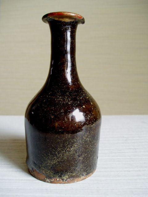 1588年に琉球王府が瓦や陶器の制作を統制する「瓦奉行所(かわらぶぎょうしょ)」を設置。 しかし1609年に琉球は薩摩藩の島津氏に侵略され、そこで一時窯業も中断され ...