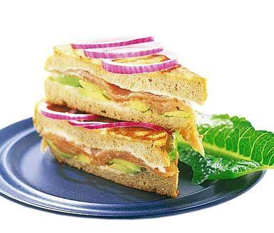 Varm smörgås med rökt lax och avokadokräm