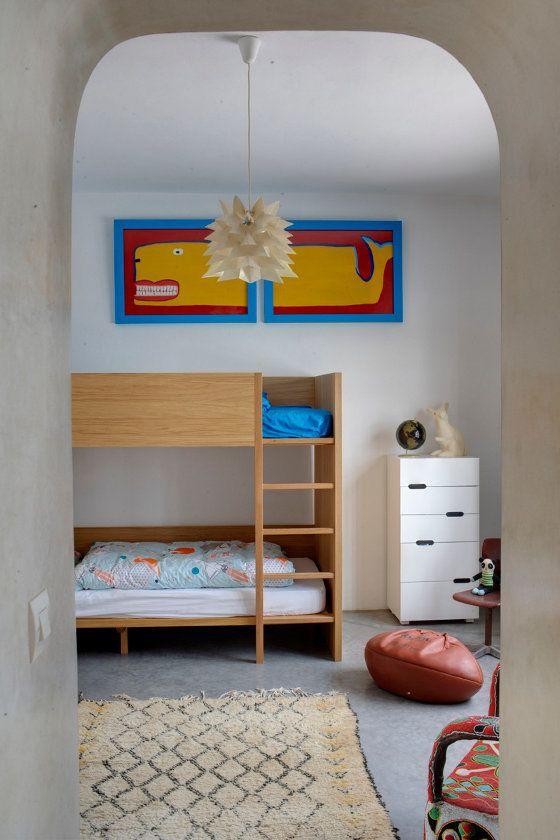 Детская комната с минимумом мебели. Центром комнаты является элегантная деревянная двухъярусная кровать.  (средиземноморский,архитектура,дизайн,экстерьер,интерьер,дизайн интерьера,мебель,детская,игровая,детская комната,детская спальня,дизайн детской,интерьер детской) .