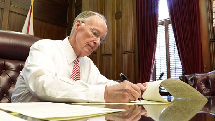 (CNN) — Alabama Gov. Robert Bentley announced his resignation Monday in the face of impeachment hearings over allegations that he tapped state resources to facilitate and hide an extramarital affair with a former aide.Bentley made the announcement, effective immediately, shortly after he was booked i